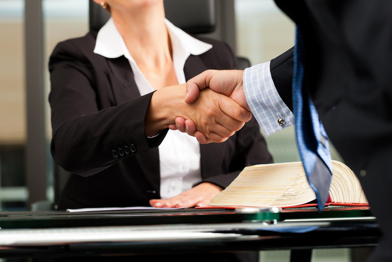 Afbeelding advocaat hand schudden klant